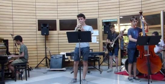 Ensemble de musiques actuelles, avec contrebasse, trompette, piano, basse et batterie