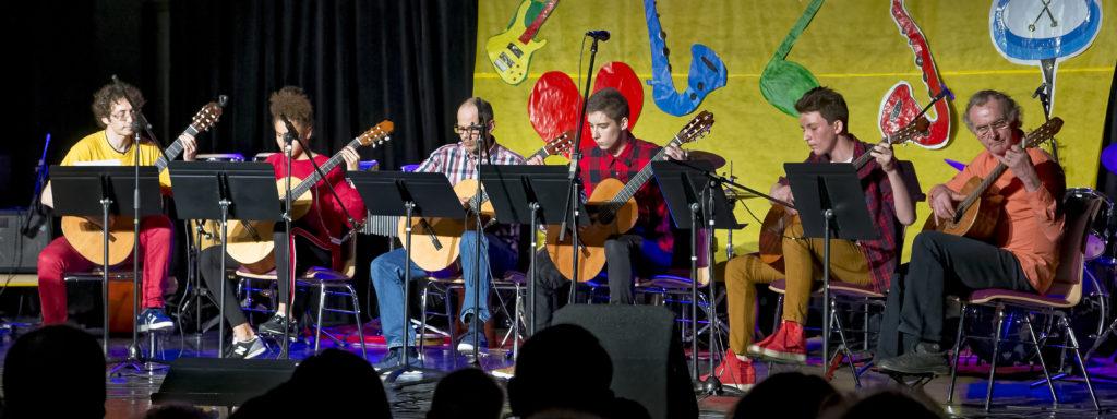 7 guitaristes, lors de la fête de l'école 2018