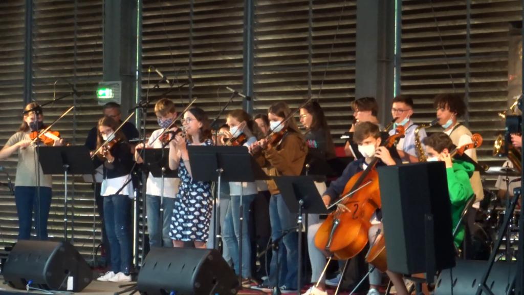 L'ensemble Mercredy's Orchestra sur la scène de Sautron, lors de la fête de la musique, le 18 juin 2021